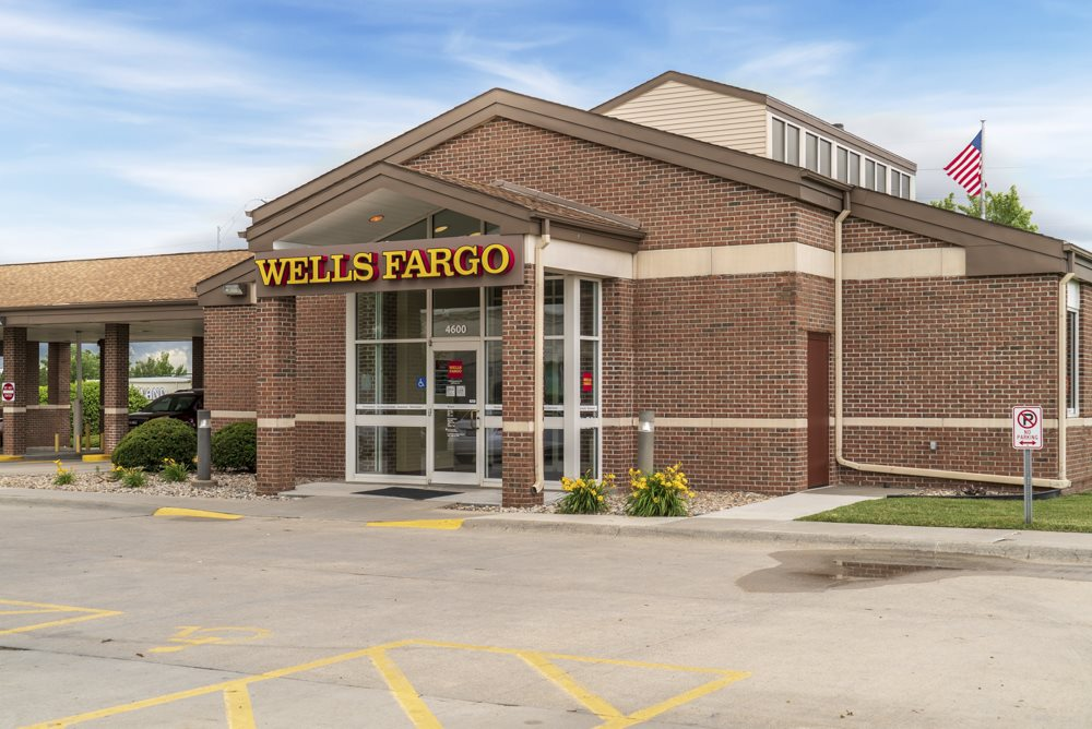 Wells Fargo conveniently located near Cascade Pines