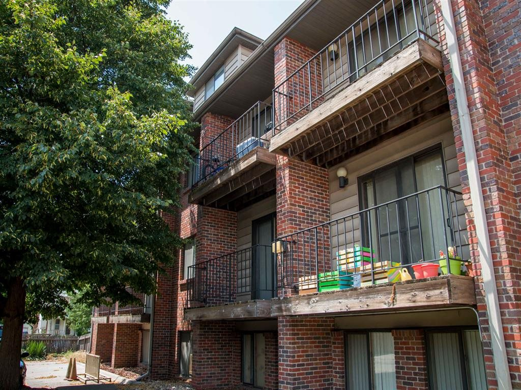 side exterior with balcony at Packard House Apartments in Lincoln Nebraska