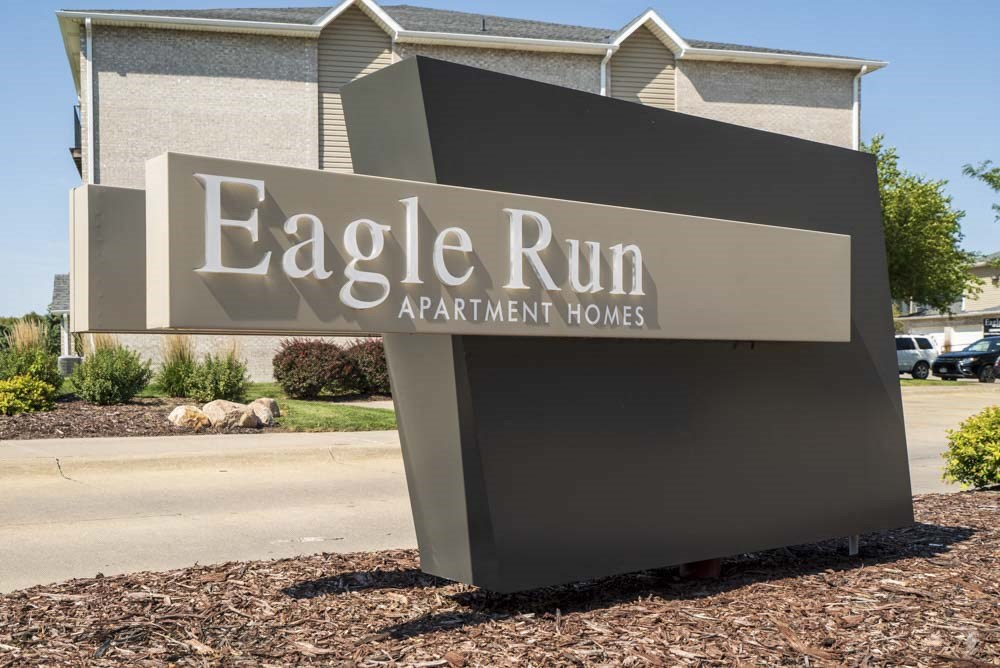 Monument sign for Eagle Run Apartments in northwest Omaha 68164