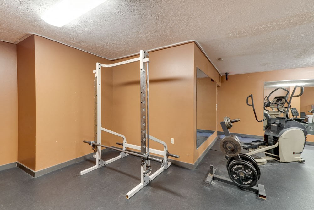 Weightlifting equipment at Eagle Run Apartments in northwest Omaha 68164