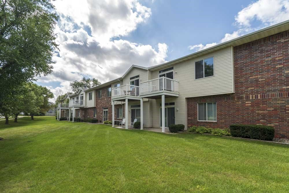Greenspace surrounding Wyndham Heights Apartments in west Ames, IA, near Iowa State 50014