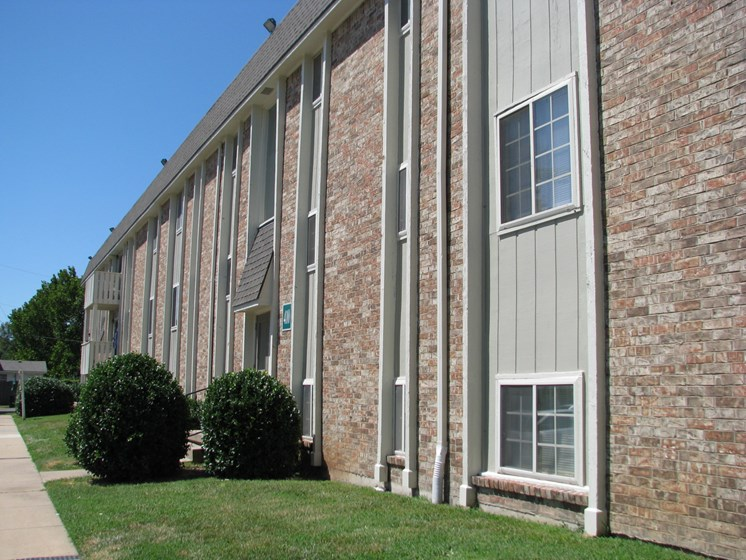 Exterior building at Hearth Hollow Apartments in Derby, KS