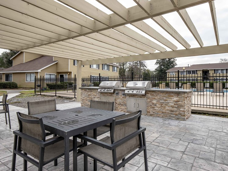 Picnic and BBQ Area at Royal Oaks Apartments, Savannah, GA