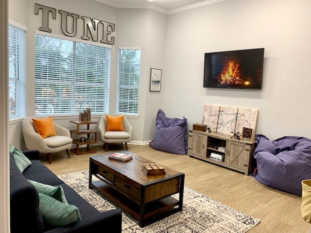 Warm and Inviting Living Room at Wyndchase at Bellevue Apartments, Nashville