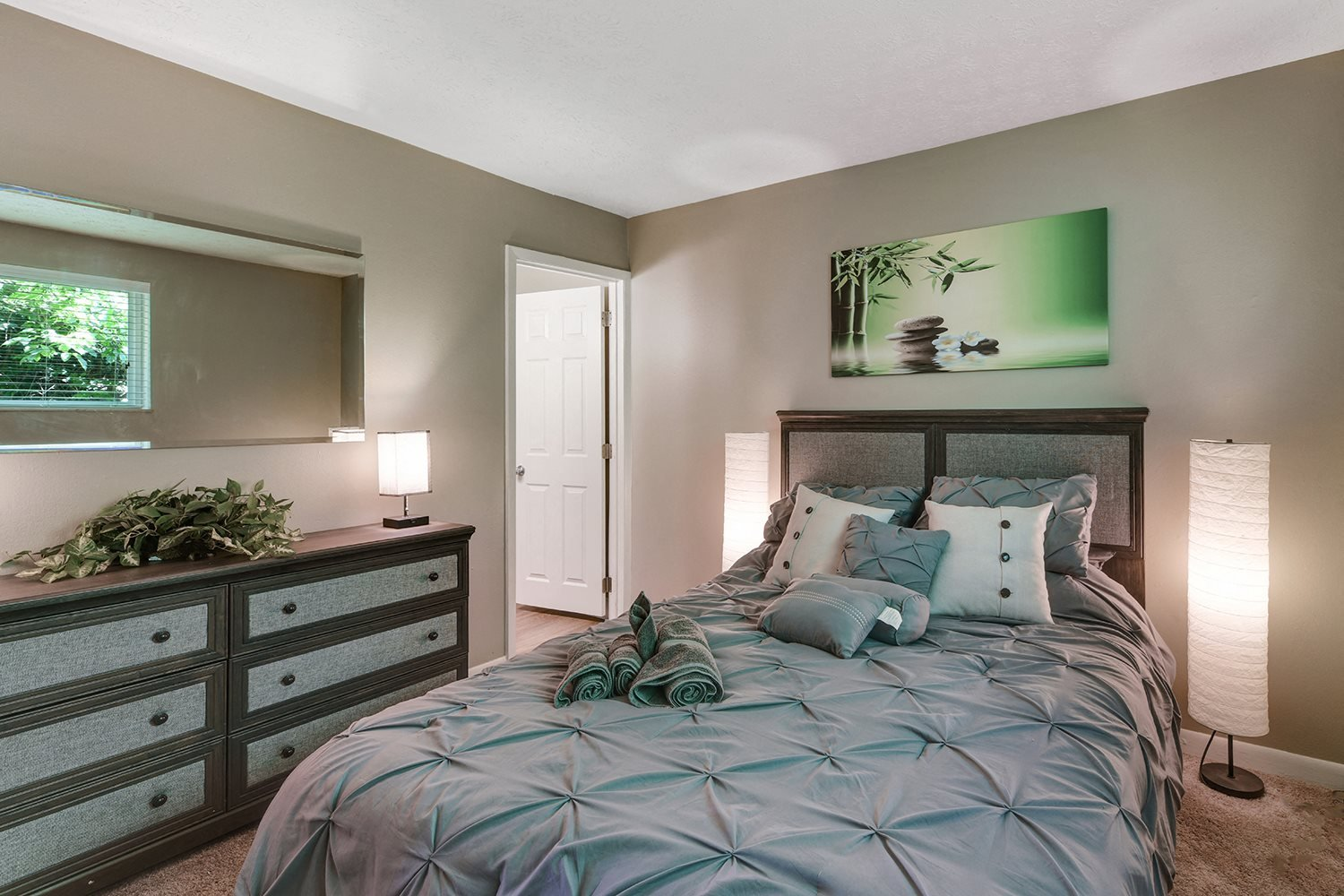Spacious Bedroom With Comfortable Bed at Heritage Hill Estates Apartments, Cincinnati, 45227