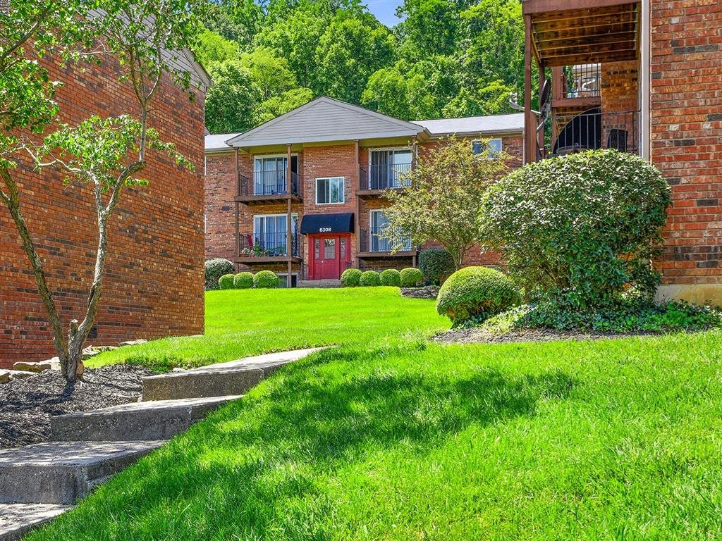 Courtyard With Green Space at Heritage Hill Estates Apartments, Cincinnati, OH, 45227