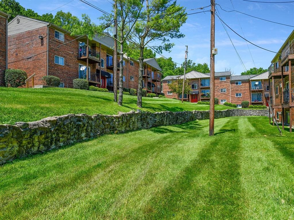 Courtyard With Green Space at Heritage Hill Estates Apartments, Cincinnati, 45227