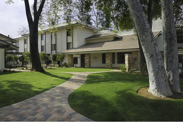 Apartments in Westlake Village Courtyard