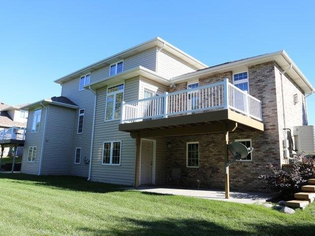 View of large deck at Stone Ridge Estates' duplexes for rent in south Lincoln Nebraska