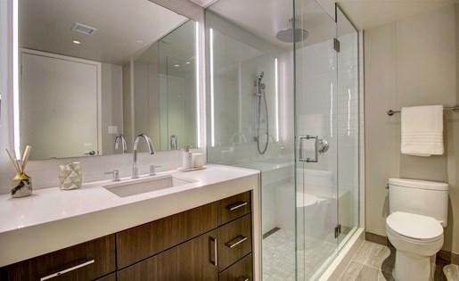 Downtown Dallas apartment full bathroom