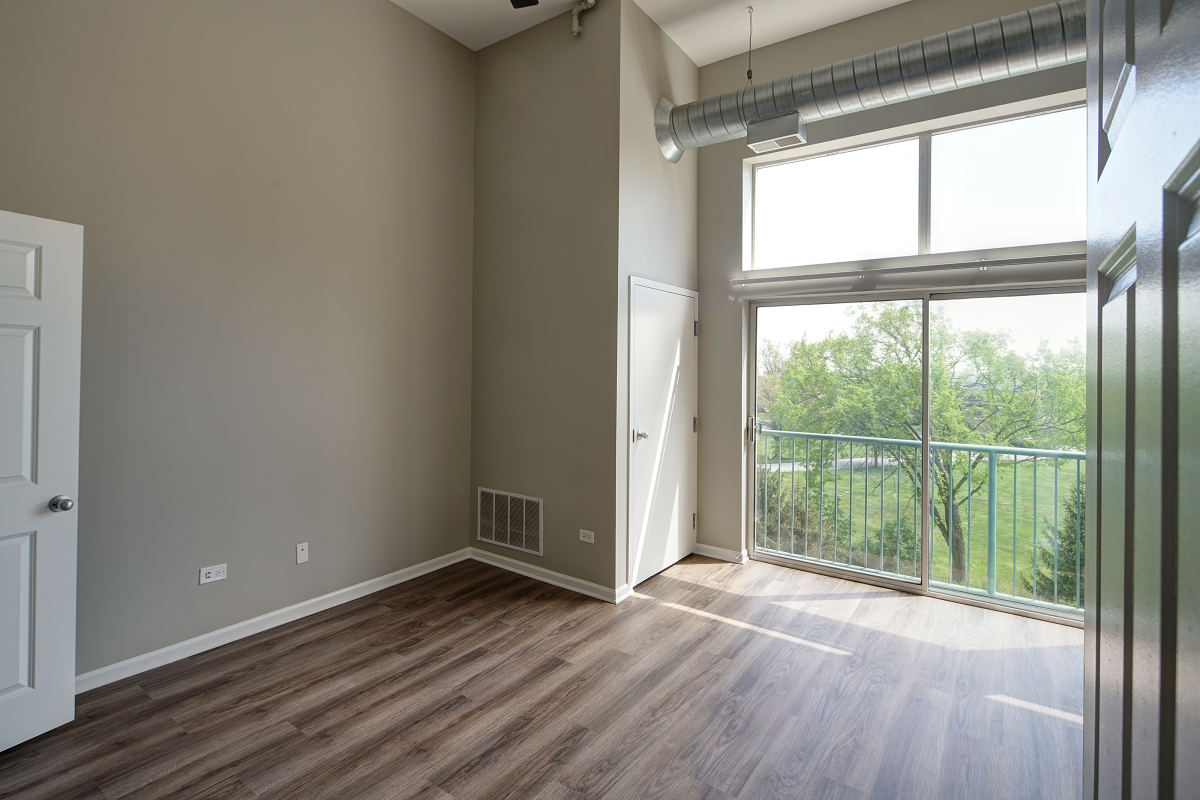 high ceilings and bay windows at City View at the Highlands, Lombard, IL, 60148