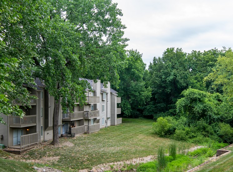Outdoor hiking areas at The Retreat at Woodlands in Kansas City, MO