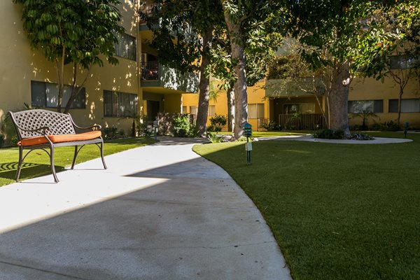 Encino Apartments  Lush Landscaping