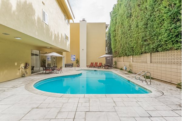Encino Apartments Sparkling Pool