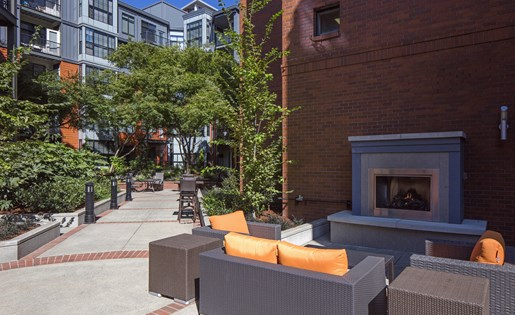 Outdoor Lounge at Kearney Plaza Apartments in Portland, Oregon