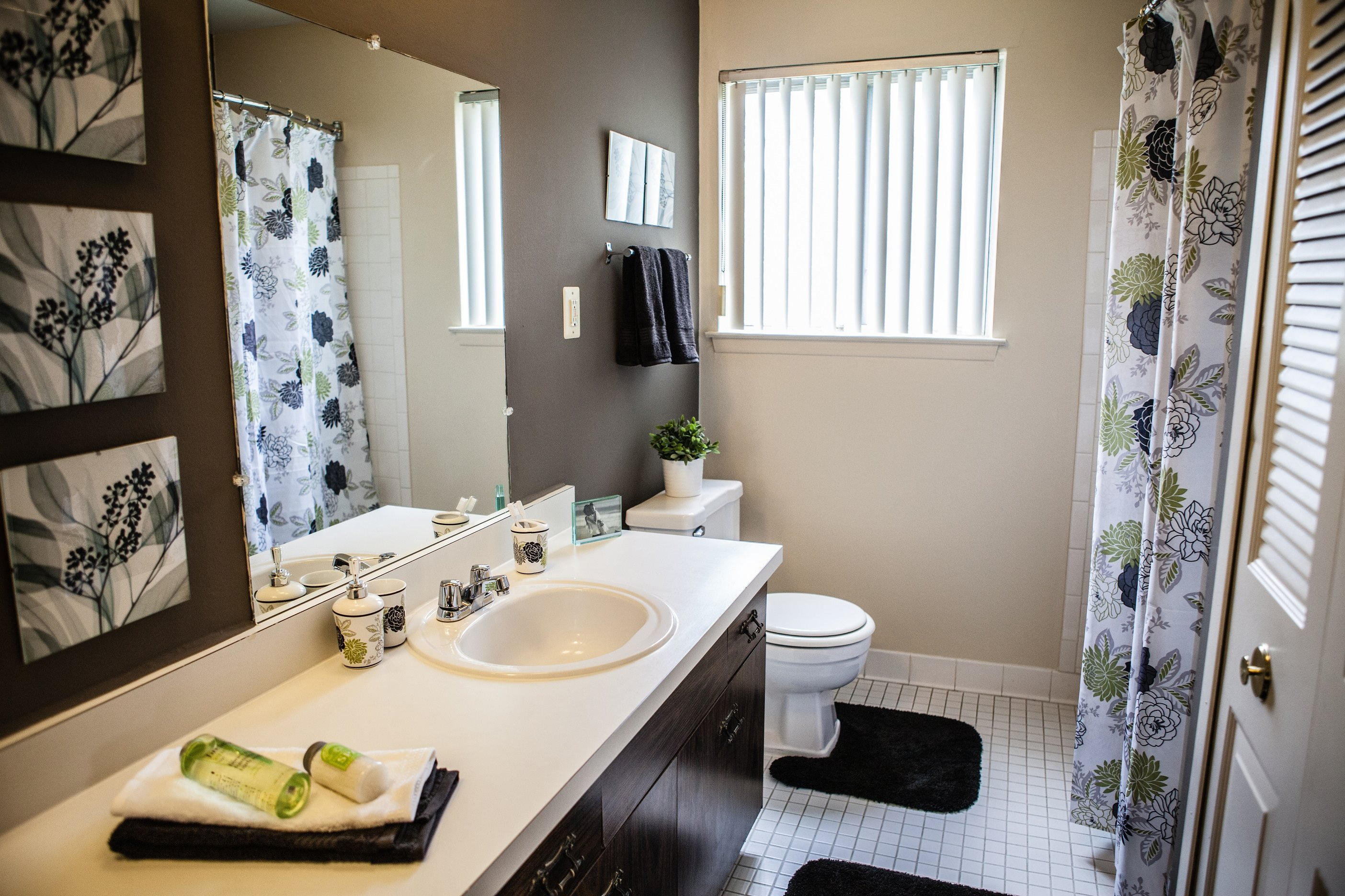 Modern Bathroom at Knottingham Apartments, 48036