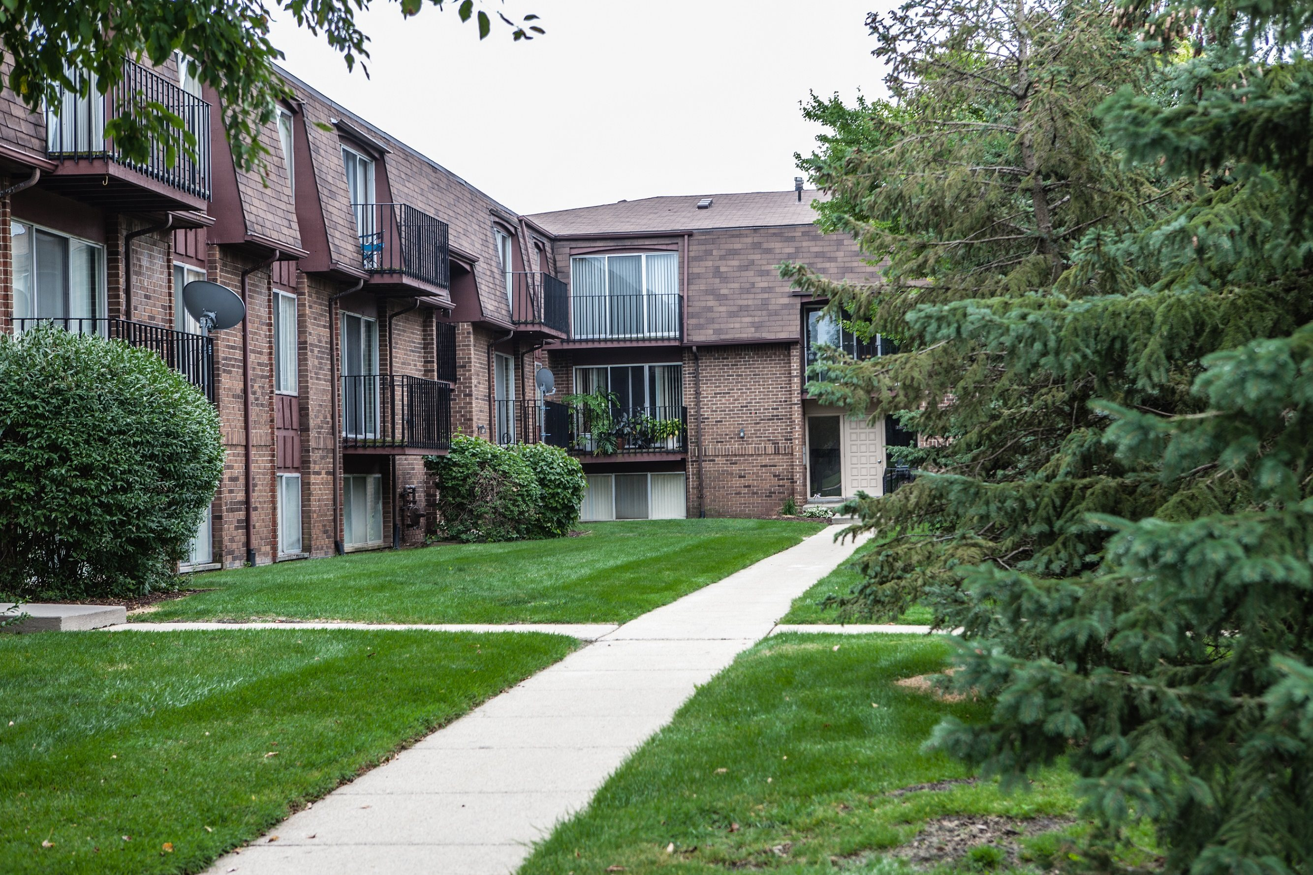 Courtyard Views at Knottingham Apartments, MI 48036