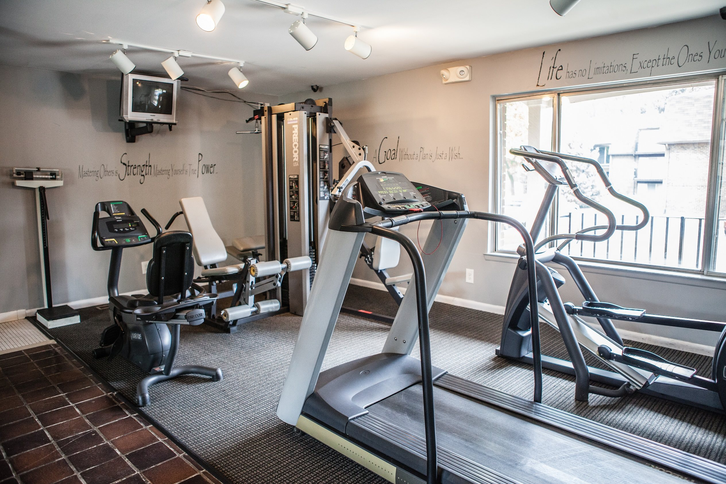24 Hour Fitness Center at Knottingham Apartments, 48036