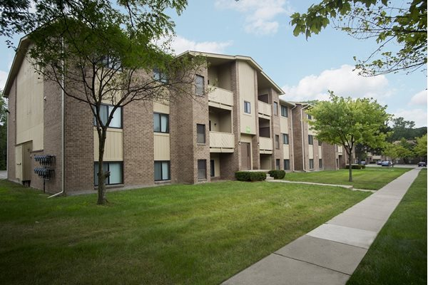Perfectly manicured landscape surrounds Woodland Villa Apartments in Michigan 48185