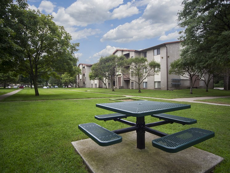 Outdoor picnic areas with courtyard views at Woodland Villa Apartments in Westland