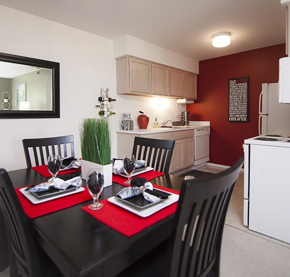 Dining Room at Prentiss Pointe Apartments, Harrison Township, MI