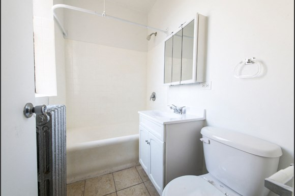 7715 South Shore Drive Apartments Chicago Bathroom