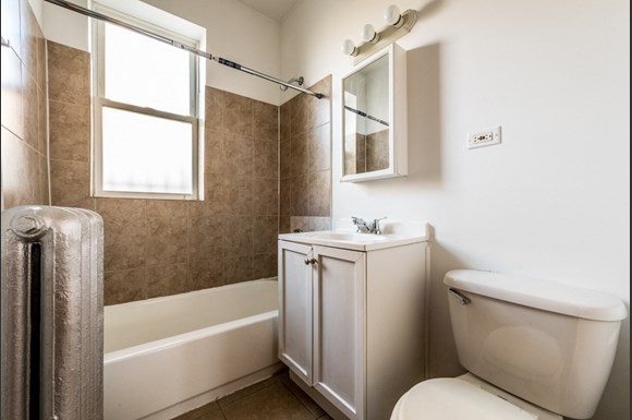 South Shore Apartments for rent in Chicago | 7612 S Kingston Bathroom