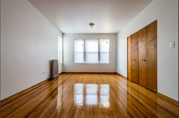 South Shore Apartments for rent in Chicago | 7612 S Kingston Living Room