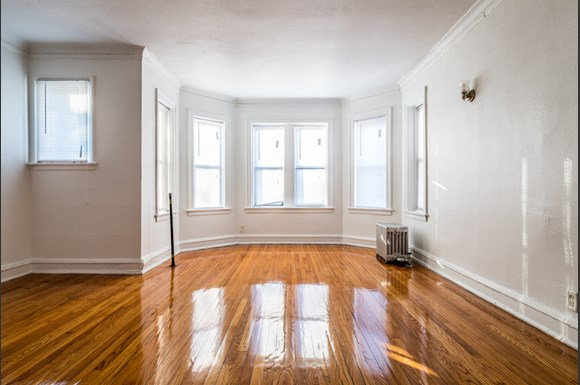 South Shore apartments for rent in Chicago | 1748 E 71st Pl Living Room