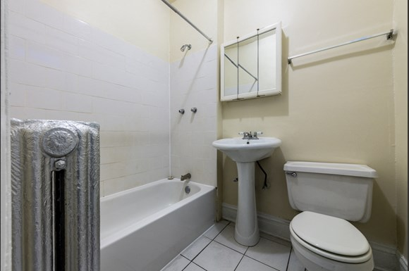 Park Manor Apartments for rent in Chicago | 212 E 69th Pl Bathroom