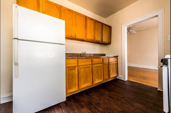 Park Manor Apartments for rent in Chicago | 212 E 69th Pl Kitchen