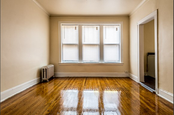 Park Manor Apartments for rent in Chicago | 212 E 69th Pl Living Room