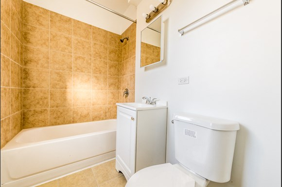 Austin Chicago, IL Apartments for Rent Bathroom | 5100 W Monroe
