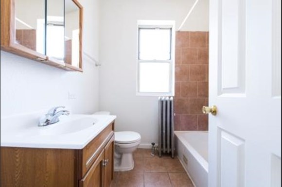 7400 S Yates Blvd Apartments Chicago Bathroom
