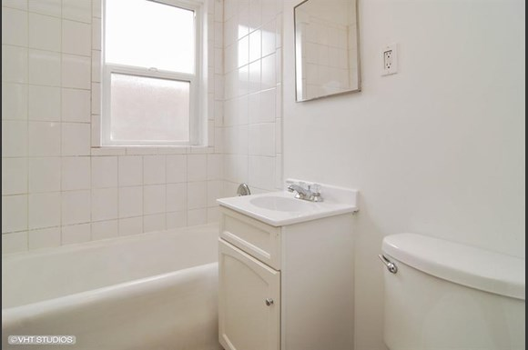 5011 W Maypole Ave Apartments Chicago Bathroom