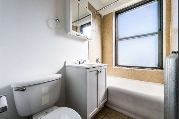 Chatham Apartments for rent in Chicago | 741 E 79th St Bathroom