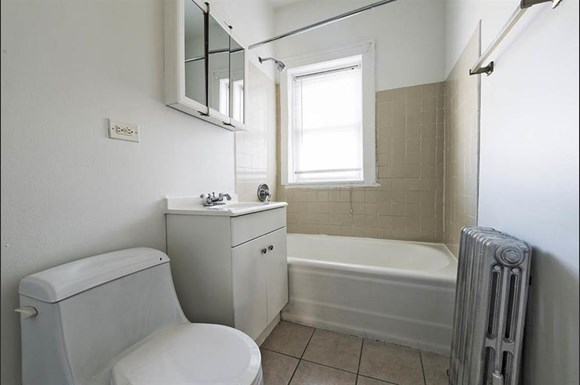 6356 S Francisco Ave Apartments Chicago Bathroom