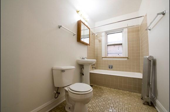 South Shore Apartments for rent in Chicago | 7549 S Yates Bathroom