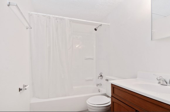 Pangea Hills Apartments Indianapolis Bathroom