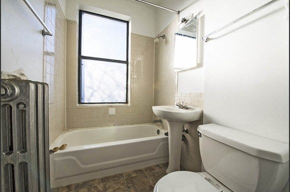 South Shore Apartments for rent in Chicago | 1734 E 72nd St Bathroom