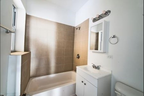 7700 S Carpenter St Apartments Chicago Bathroom