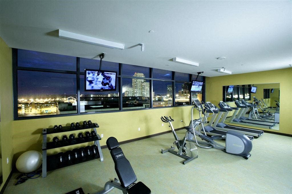 38's exclusive rooftop fitness center reveals a breathtaking western view of the city. Use of the fitness center is at no extra charge to the residents of 38 and is open 24/7.