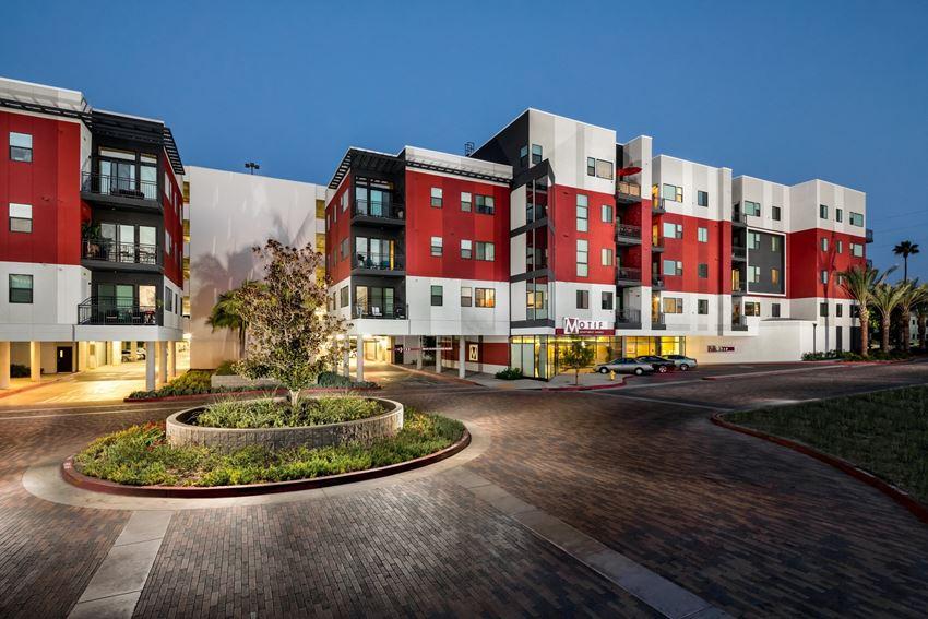 Motif Apartments For Rent in Woodland Hills, CA 91367 exterior