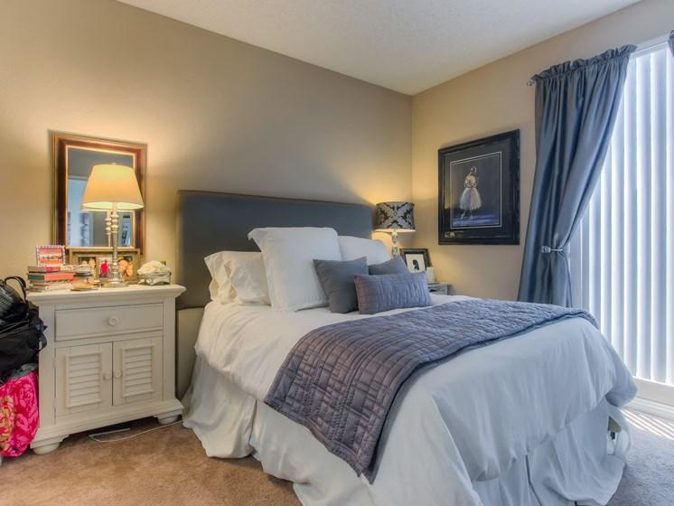 Live In Cozy Bedrooms at Hollywood Vista, California