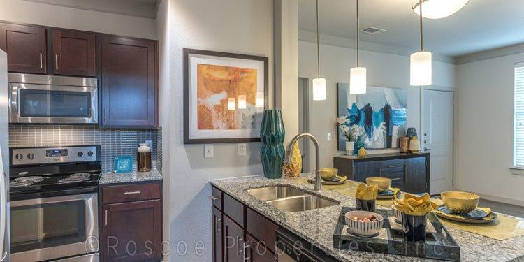 Kitchen1_island_lake_houston_apartments