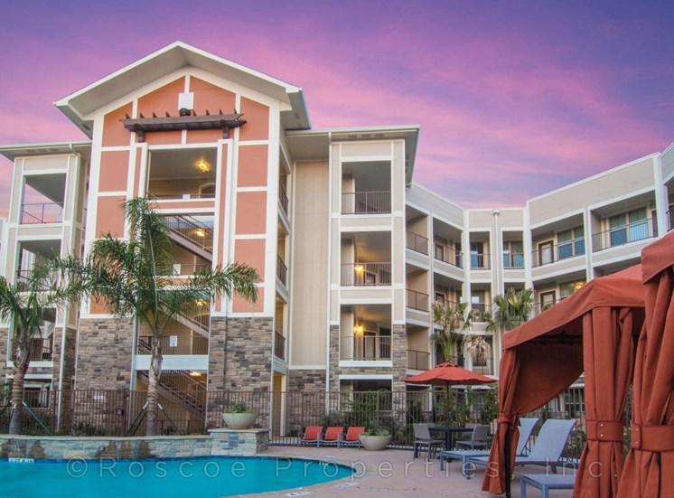 luxury_pool_lake_houston_apartments