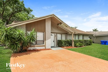 1207 SW 81 Ter 4 Beds House for Rent Photo Gallery 1
