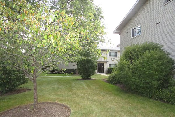 Beautifully Landscaped Grounds at The Birches Apartments, Illinois