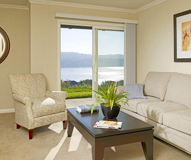 Living Room l Seabridge at Glen Cove Apartments in Vallejo, CA