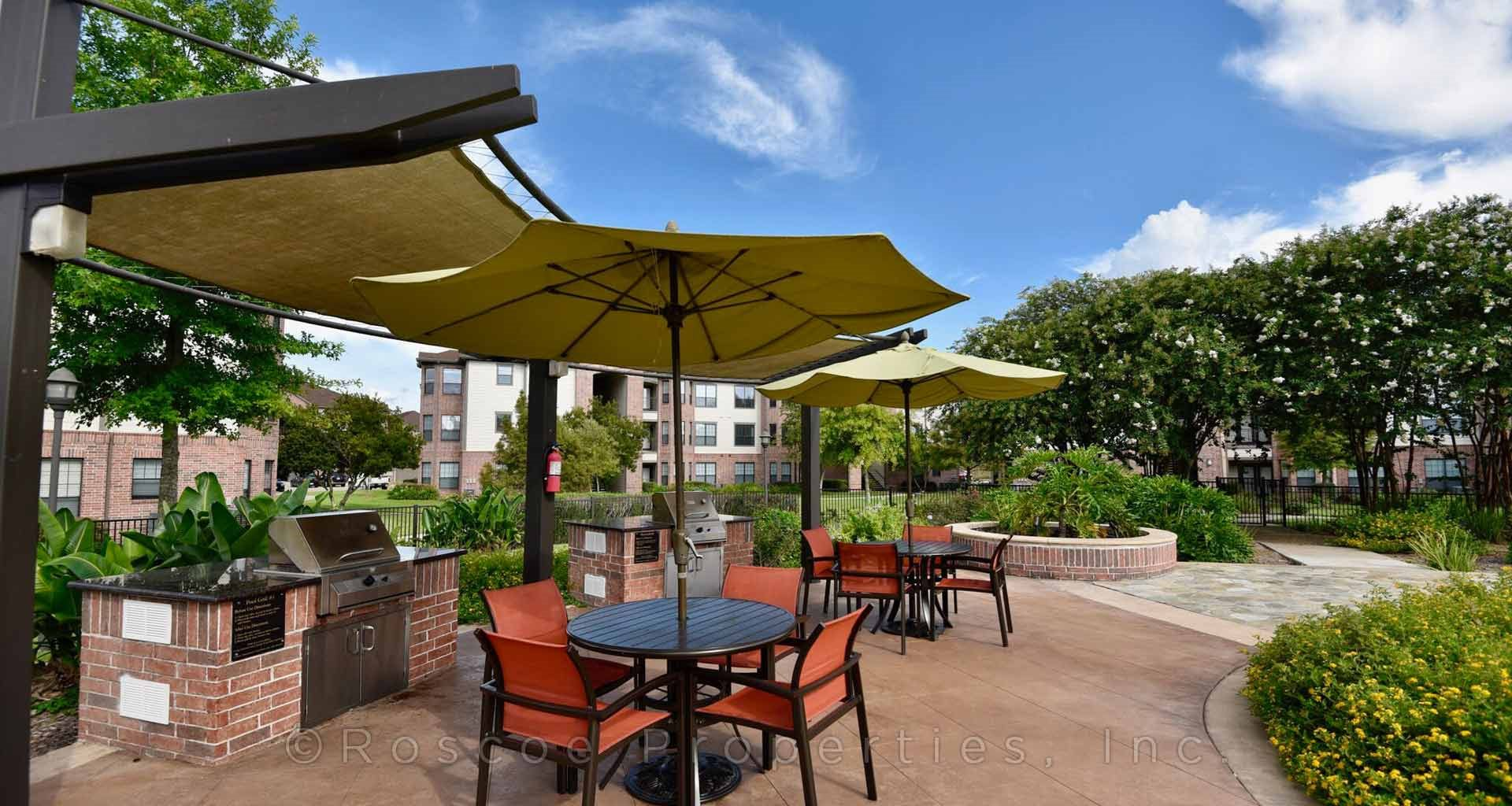 pool_lounge_apartments_in_pearland